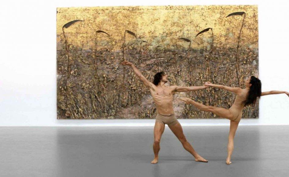 """Balletdanserne Hannah O'Neill og Hugo Marchand foran ét af Anselm Kiefers monumentalværker, """"Aus Herzen und Hirnen spriessen die Halme der Nacht"""", i udstillingsrummet i Gagosian, Le Bourget. – Foto: Gagosian Premieres."""
