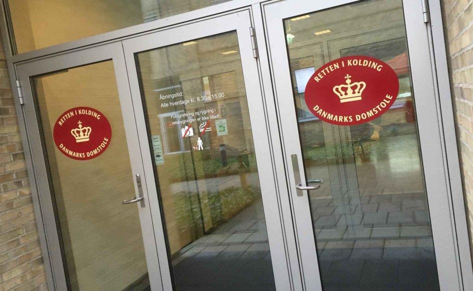 En 54-årig mand står ved Retten i Kolding tiltalt for forsøg på voldtægt. Ifølge anklagen forsøgte han at misbruge to piger på fire måneder og fire år og skulle møde pigernes mor i Billund Lufthavn. Men det var politiet, der dukkede op. Han nægter sig skyldig. (Arkivfoto)