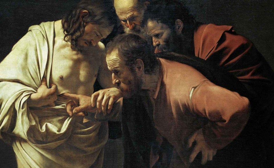 Den italienske maler Caravaggios værk fra 1602 er et af de mest kendte billeder af fortællingen om den tvivlende Thomas. I evangelieteksten, som læses højt i landets kirker denne søndag, kan man læse, hvordan disciplen kun vil tro på, at Jesus er opstået fra de døde, hvis han kan røre ved hans sår. - Foto: Akg-Images/Ritzau Scanpix.