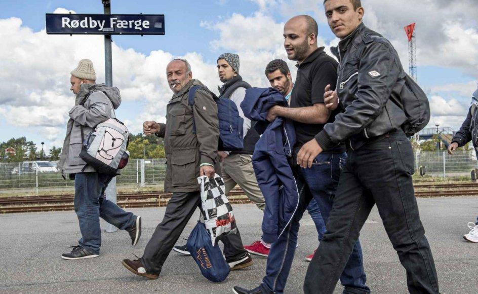 En gruppe flygtninge og migranter ankommer til Rødby på Lolland i 2015. Siden flygtningekrisen for alvor brød ud, har flere end 5000 syriske flygtninge fået midlertig opholdstilladelse i Danmark. – Foto: Jens Nørgaard Larsen/Ritzau Scanpix.