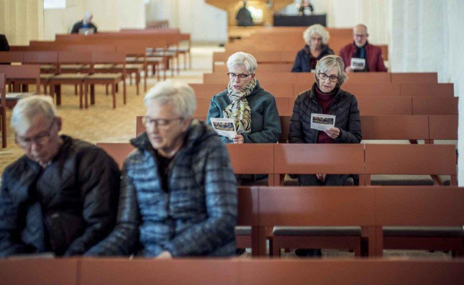 Efter mere end fire måneder er det nu tilladt at synge fællessang ved gudstjenester i danske kirker. Det udnyttede man onsdag aften i Hedensted Kirke i Østjylland. – Foto: Michael Drost-Hansen.