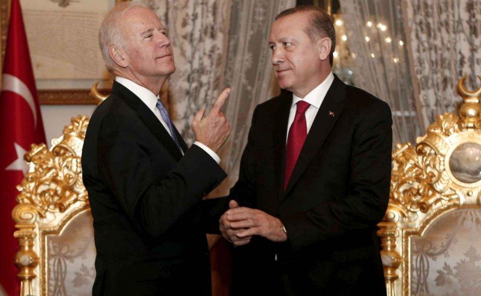 Hvis Biden på 106-årsdagen for begyndelsen på den armenske tragedie ender med at omtale overgrebene som et folkedrab, sender han et klart signal om, at især menneskerettigheder, men også spørgsmålet om Tyrkiets forhold til Rusland har højere prioritet for Washington end forsøget på at bevare en tålelig stemning mellem Tyrkiet og USA udadtil. På billedet ses Joe Biden og Tayyip Erdogan under et møde i Istanbul i Tyrkiet i 2016.
