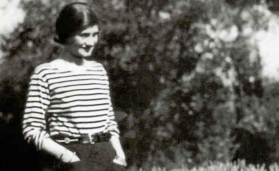 """Gabrielle """"Coco"""" Chanel holdt af at feriere ved havet og lod sig her inspirere af de franske matrosers uniformer, faktisk undertrøjen, i skabelsen af en stribet trøje, der er en klassiker den dag i dag. – Foto: Wikimedia Commons."""