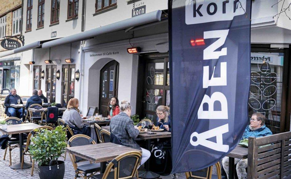 Onsdag i sidste uge genåbnede restauranter, barer og caféer i hele landet. Her ses en café i Roskilde. Lillian Bondo er chokeret over, hvor meget der forbruges i dag på frisører, tøj, kaffe og mad. – Foto: Claus Bech/Ritzau Scanpix.