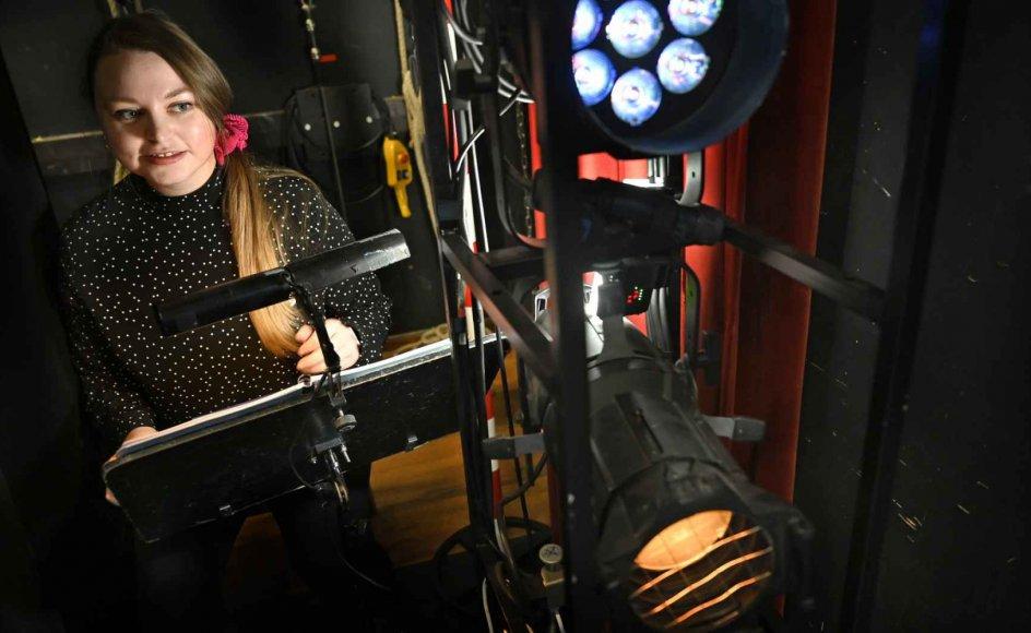 Når Line Staustrup fortæller om sit arbejde som sufflør, har de fleste en forestilling om, at hun sidder foran scenen i en kasse i gulvhøjde, men i virkeligheden sidder hun for det meste ude i kulissen. – Foto: Leif Tuxen.