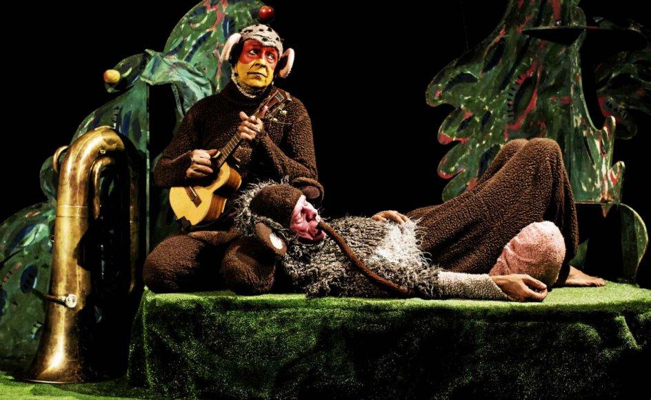 """Dramatiker Søren Valente Ovesen har skrevet flere stykker med dyr i hovedrollerne. Han er fascineret af, hvordan børn opfatter, at skuespillerne er både dyr og menneske. Beundringen og forvirringen kan være så stor, at børnene bliver nødt til at røre ved skuespillerne efter forestillingen. I april 2022 spiller teatret Batida forestillingen """"Aben Osvald"""". – Foto: Ditte Valente."""