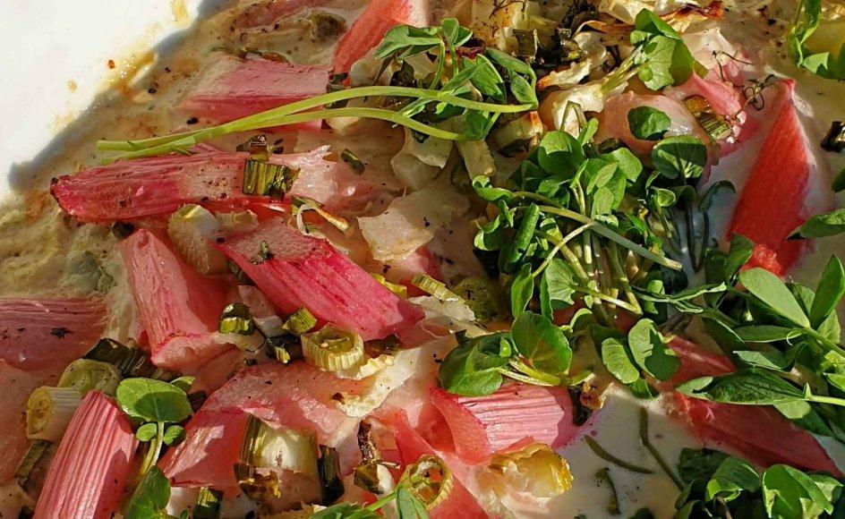 Hvide asparges med bid – på sidetallerkenen, vædet med klaret smør og drysset med hakket persille. På hovedtallerkenen kylling i rabarber og fennikel. I glasset tør riesling. – Foto: Poul Joachim Stender.