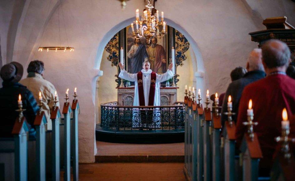 4.-maj-gudstjenesterne er flere steder knyttet til kirker, hvor der er begravet frihedskæmpere, engelske flyvere eller på andre måder findes lokale mindesmærker for krigen¨.
