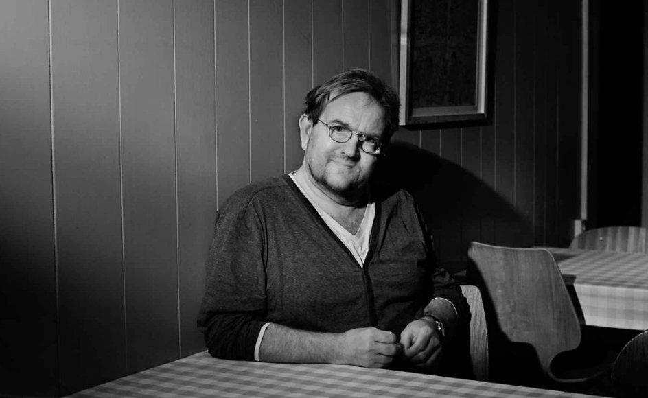 Olsen forstår de sidste mange års udvikling som et resultat af den øvre middelklasses magt og arbejderklassens tilsvarende afmagt, skriver anmelder Christian Egander Skov, der giver Lars Olsens nyeste debatbog seks stjerner.