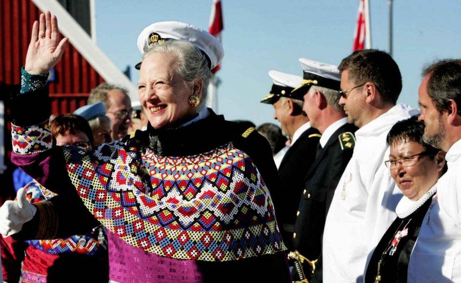 Dronning Margrethe vil blive modtaget som den populære person, hun er i Grønland, siger en kender. Her ses hun omgivet af folkemasser i Nuuk under en tidligere rejse. – Martin Lehmann/Ritzau Scanpix.