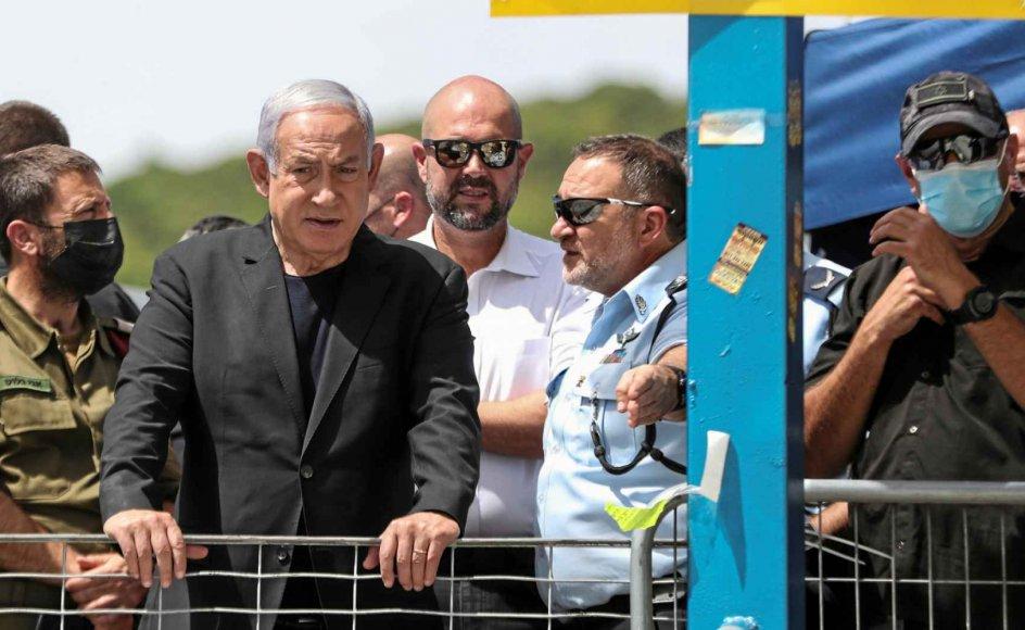 Israels premierminister, Benjamin Netanyahu, besøgte i fredags ulykkesstedet på Meron-bjerget, hvor 45 ortodokse jøder blev trampet og mast ihjel dagen før. Siden har han fået massiv kritik. I dag udløber hans mandat til at danne en ny regering efter valget den 23. marts. – Foto: Ronen Zvulun/Reuters/Ritzau Scanpix.