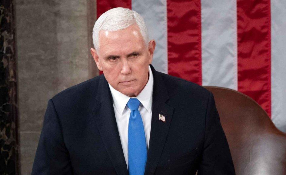 En bogkontrakt med USA's tidligere vicepræsident Mike Pence møder hård kritik.