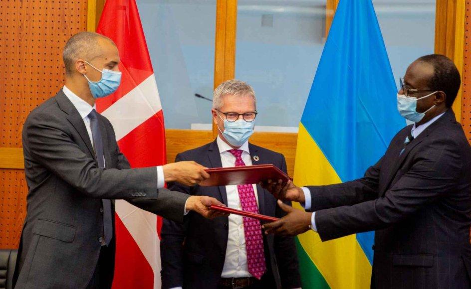 Billedet, som blev delt på det sociale medie Twitter den 27. april af Rwandas udenrigsministerium, viser, at udlændinge- og integrationsminister Mattias Tesfaye (S) og udviklingsminister Flemming Møller Mortensen (S) under deres besøg hos den rwandiske udenrigsminister, Vincent Biruta.