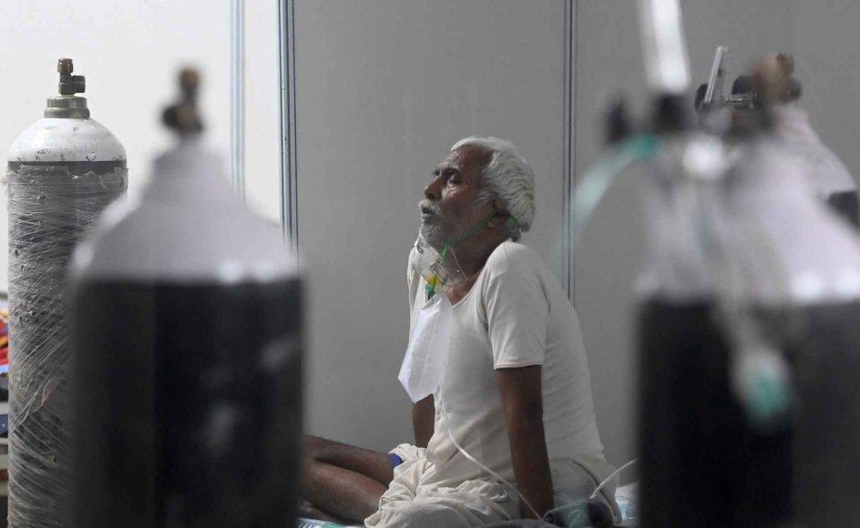 En længerevarende akut iltmangel på indiske hospitaler medfører mange dødsfald. Regeringen skal nu komme med en plan for, hvordan de vil løse problemet. Næsten 4000 personer er døde med covid-19 det seneste døgn, hvilket er ny rekord. (Arkivfoto)