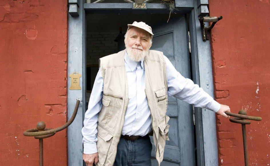 Hans-Ole Hansen, der blandt andet er grundlægger af Sagnlandet Lejre og her er fotograferet ved sit hjem ikke langt derfra, blev 82 år.