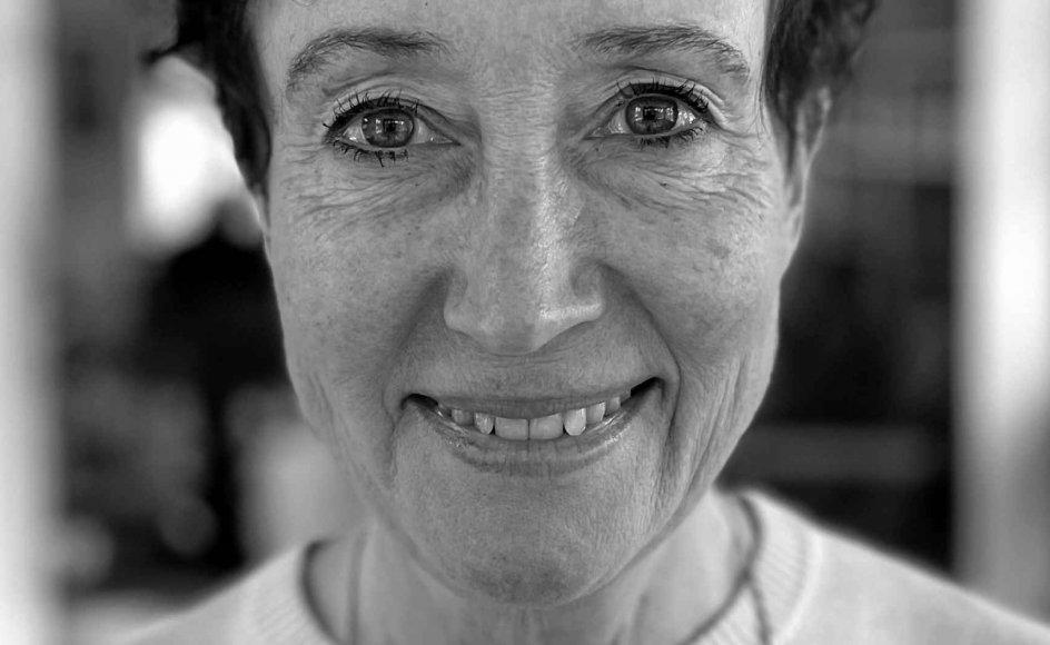 """""""Når jeg engang kommer på plejehjem, og en ny pandemi bryder løs, så vil jeg ikke spærres inde som min far! Nej, jeg vil jeg tage min rollator og gå ud til min familie!,"""" skriver overlæge Anne-Mette Homburg."""
