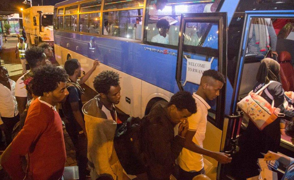 """""""Velkommen til Rwanda"""", står der på døren af den bus, der i september 2019 bragte de første 66 migranter og asylansøgere fra Libyens berygtede fængsler og til lejre i Rwanda. Det østafrikanske land har indgået en aftale med FN og Den Afrikanske Union om at tage imod migranter, der har taget turen op gennem Nordafrika og til Libyen i håb om at nå til Europa. Det kan være den aftale, Danmark er inspireret af, siger professor emeritus. (Arkivfoto)"""