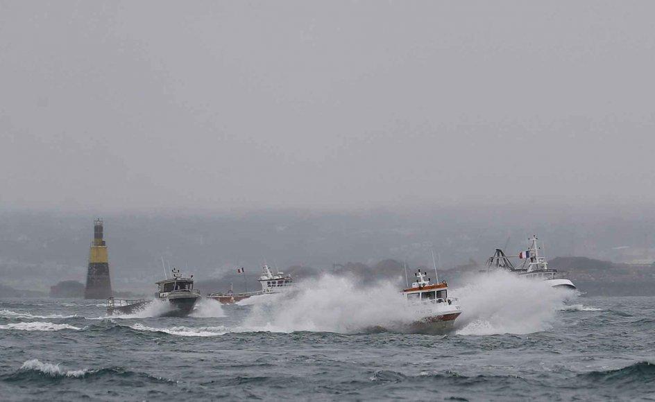 Franske fiskerbåde, som har holdt en havn på den britiske ø Jersey blokeret i en strid om fiskerirettigheder efter brexit, vendte torsdag tilbage til havn i Frankrig. Det har fået den britiske regering til trække to flådefartøjer tilbage.