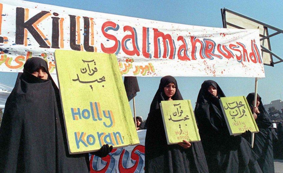 Salman Rushdie blev en overgangsfigur på vej ind i blasfemiens globale tidsalder. Her ses kvinder under en demonstration i Teheran i Iran.  - Foto: Norbert Schiller/AFP/Ritzau Scanpix.