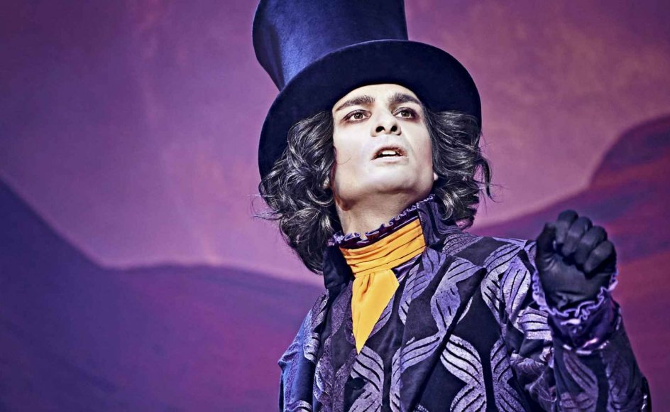 Simon Mathews Willy Wonka er, som han skal være: En uhyggeligt utilregnelig flaneur, engang en god dreng, men nu en sær misantrop, der er ude efter en form for hævn på de gerrige og grådige, der korrumperede hans livsværk. – Foto: Emilia Therese/Aarhus Teater.