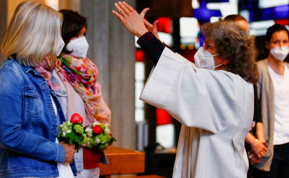 Nini og Juliana Weinmeister var blandt de homoseksuelle par, der blev velsignet i en katolsk kirke i Cologne i Tyskland.