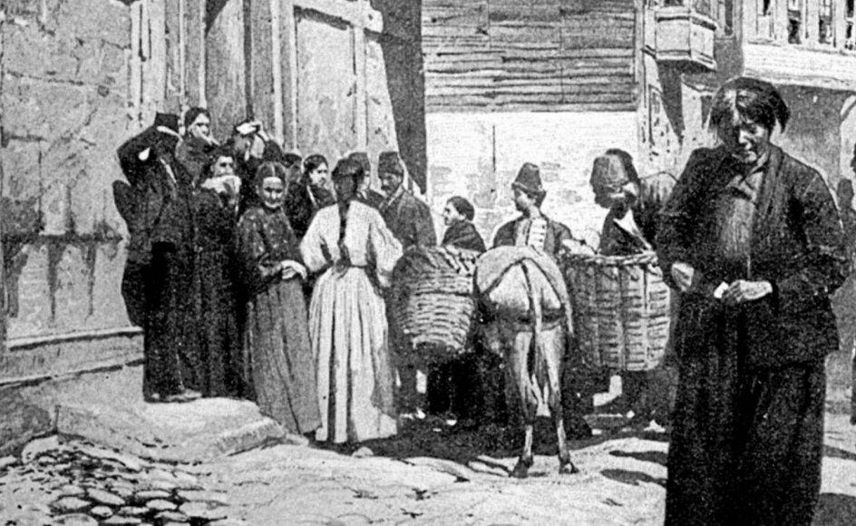 Kristeligt Dagblads læsere samlede flere gange ind til de trængte armeniere. Her bliver der uddelt nødhjælp i en armensk landsby i 1896. – Samtidig illustration fra en britisk avis. The Granger Collection/Ritzau Scanpix.