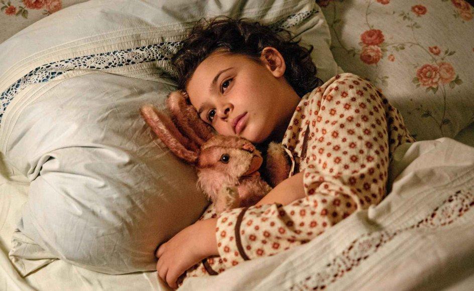 Annas familie må flygte fra Tyskland, da Hitler overtager magten. Hun må kun få ét tøjdyr med, da de i hast pakker kufferten. Hvad skal den niårige pige vælge? Den gamle lyserøde kanin eller den nye tøjhund Terri? For et barn er det et vanskeligt valg. – Foto: Angel Films.