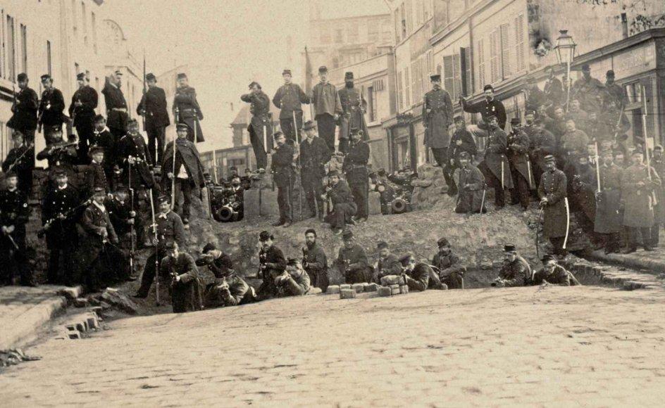 """Perioden fra den 21. til 28. maj 1871 er i Paris kendt som """"den blodige uge"""", hvor Pariserkommunen blev nedkæmpet af hæren efter hårde gadekampe. Barrikaden på fotografiet, der er taget den 18. marts 1871, var opført på Chaussé Ménilmontant i Paris og holdt længe stand imod hæren i den blodige uge. Fotografen overgav senere sit billede til krigsretten, så personerne på det kunne identificeres. – Arkiv"""
