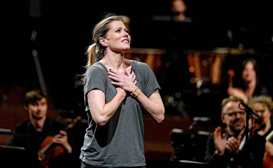 Den canadiske kunstner Barbara Hannigan modtog Léonie Sonnings Musikpris 2020 ved torsdagskoncerten i DR Koncerthuset og gav i sin takketale det runde pengebeløb, en million danske kroner, videre til unge musikere, hun har taget under sine vinger.