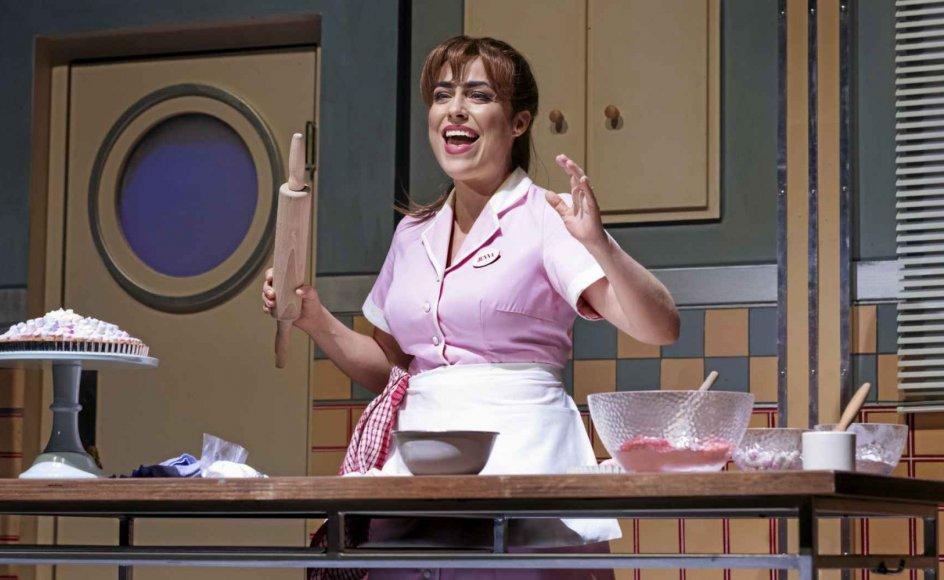 """Det er synd for en talentfuld sanger som Maria Lucia Heiberg Rosenberg, der altid er oplagt og velsyngende, at hun er en del af et så lidelsesfuldt bekendtskab, som Det Ny Teaters danske version af Broadway-musicalen """"Waitress"""" er."""