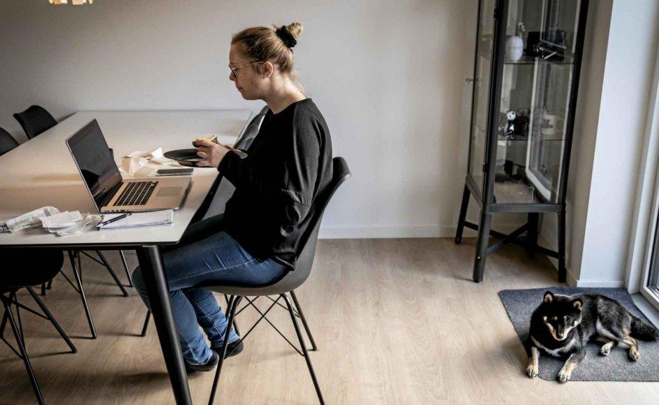 """""""Introverte har nok haft lettere ved at arbejde hjemmefra end ekstroverte. Den grundlæggende forskel ligger i, hvor man foretrækker at hente sin energi. Introverte får primært energi gennem fordybelse og ved at klare opgaver alene, hvor ekstroverte primært får energi i samspil med andre. Men selv mange ekstroverte har nydt denne tid med hjemmearbejde, fordi meget arbejdsliv i dag er meget intenst,"""" siger Rikke Ploug, der er medejer af konsulentfirmaet Ploug Niemann Lederudvikling."""