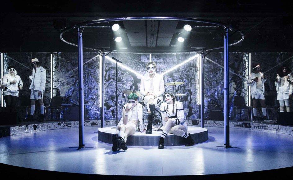 """I teaterstykket """"A Clockwork Orange"""" på Aarhus Teater møder publikum både sex, vold, stoffer, Beethoven og punkmusik."""