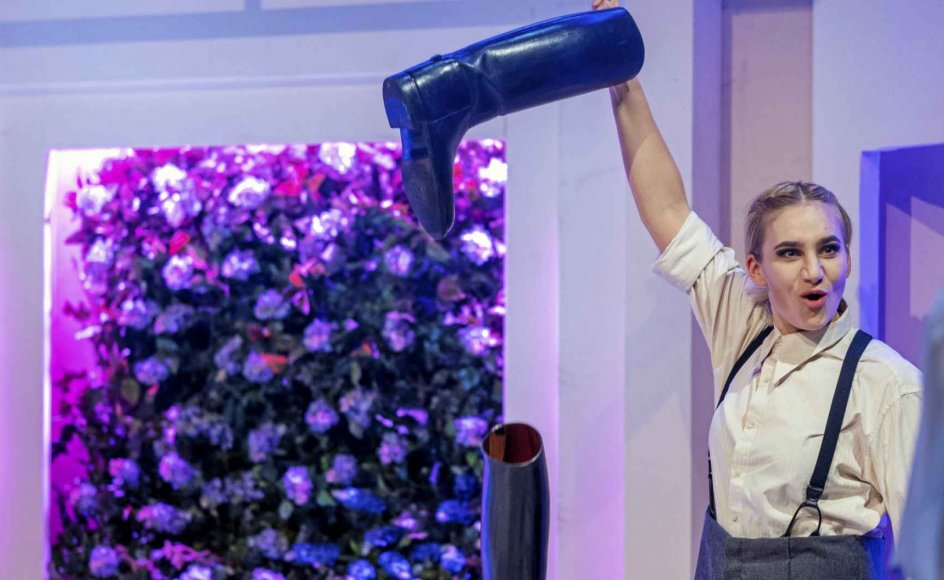 Maria Cordsen spiller Frøken Julie med høj stemmeføring og store armbevægelser.