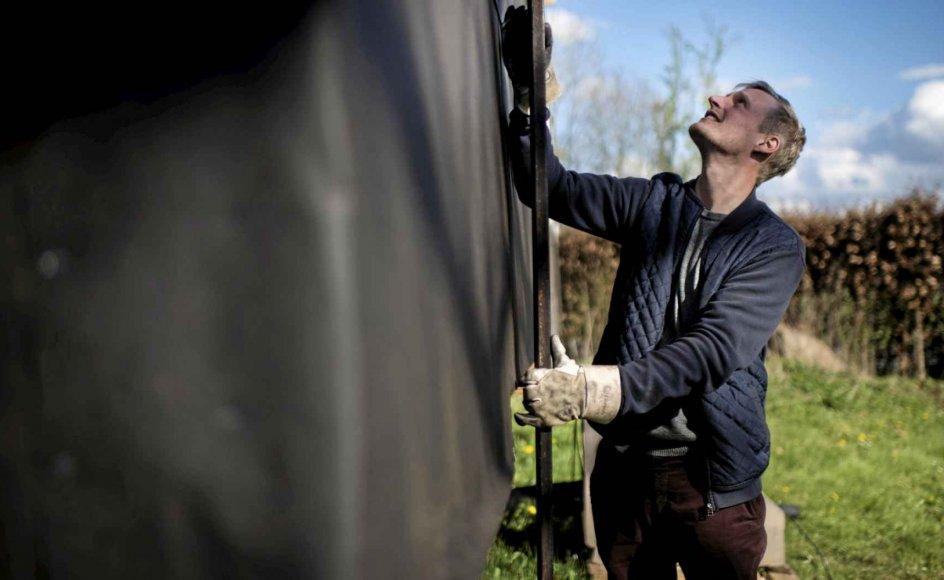 Jakob Solkær hentede en brugt bådtrailer i Rødekro i Sønderjylland og bragte den til Skaarup på Sydfyn for at bygge et mikrohus. Et flytbart hus på hjul harmonerer godt med de værdier, han drømmer om at leve sit liv efter.