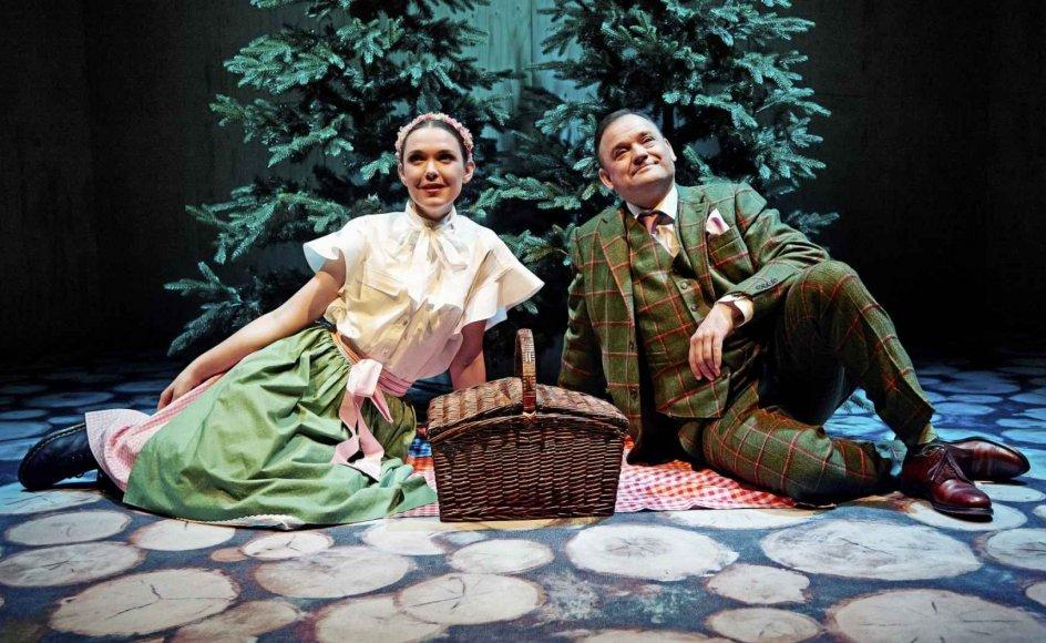 Troels Malling som den selvhøjtidelige charlatan Sigismund gør en eminent figur – især i samspillet med unge, talentfulde Clara Ellegaard som uimodståeligt læspende feriegæst, der sætter sin far overdådigt på plads til sidst.