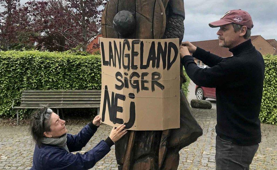 Per Buk og Ann Kristina Nielsen flyttede fra Fyn til Kædeby på Langeland for to år siden, og parret blev dermed en del af den positive udvikling, øen har mærket spire den seneste tid. Nu frygter de, at et nyt udrejsecenter vil undergrave drømmen om en bedre fremtid for Langeland, og derfor drog de torsdag ud med træskilte som demonstration.