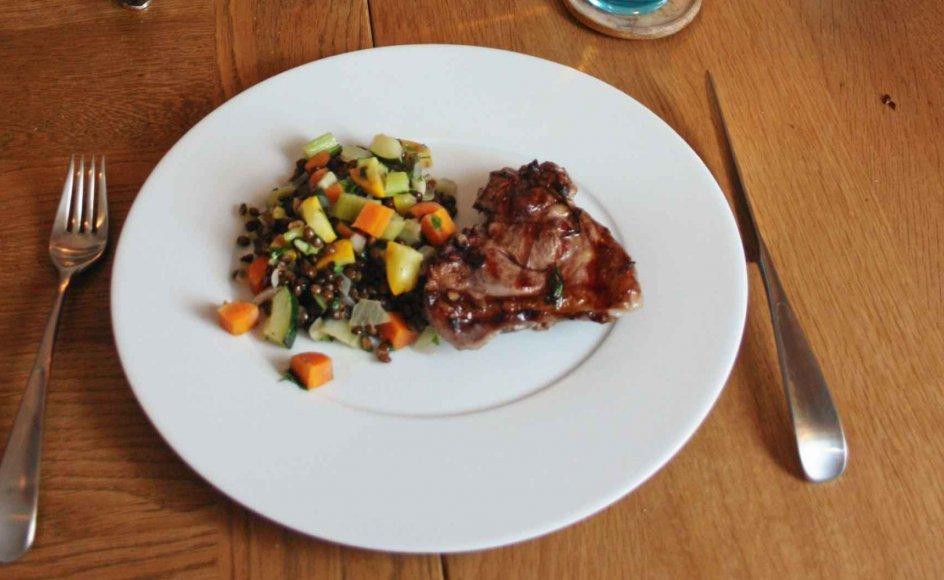 En varm linsesalat med småtskårne grøntsager er supersundt tilbehør, som går perfekt til lam eller laks.