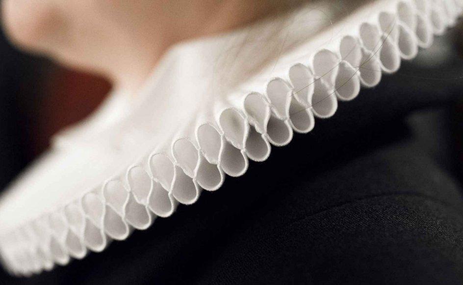 Indimellem når selv mindre sager om eksempelvis påklædning også frem til avisernes spalter. I 2014 førte en strid om retten til at bære hvide sko til præstekjolen til en dekorumsag mod en sognepræst. Provst og menighed var enige om at finde kondiskoene upassende. Arkivbillede.