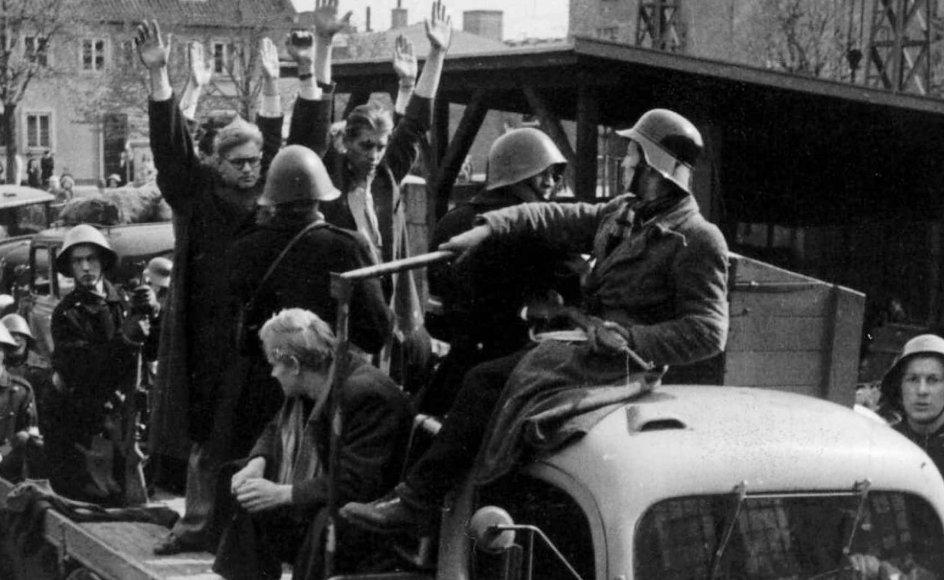 Frihedskæmpere afhenter stikkere i maj 1945