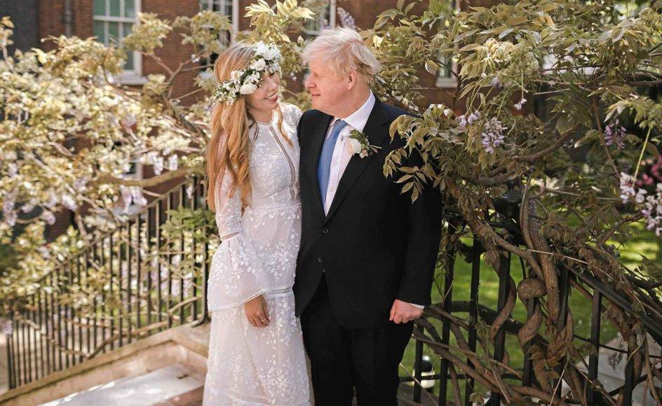 I lørdags blev den britiske premierminister Boris Johnson gift med 33-årige Carrie Symonds, der nu har taget efternavnet Johnson. Her ses de i haven i Downing Street 10 efter brylluppet.