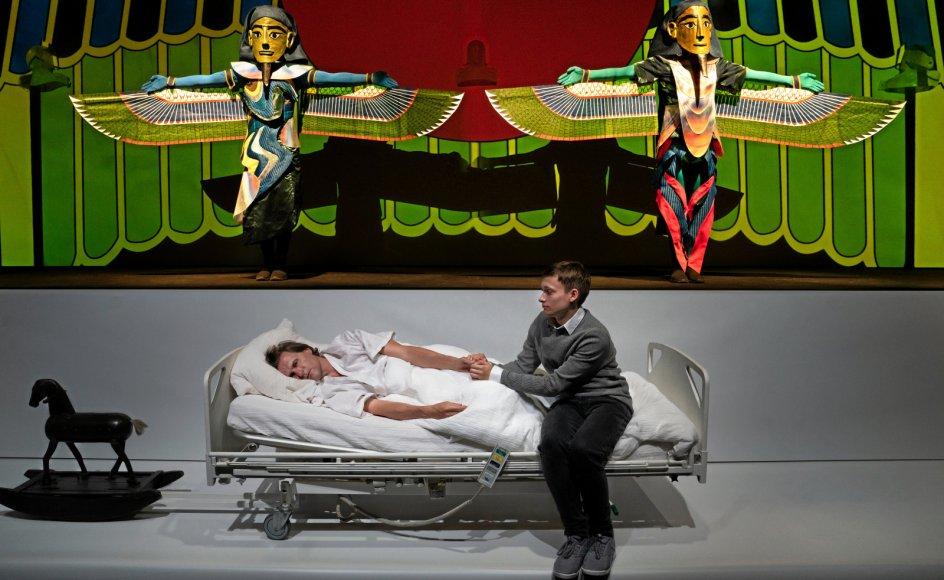 En konkret dødsoplevelse på et dansk sygehus fletter sig sammen med den egyptiske kosmologi i Hotel Pro Formas psykedelisk fængslende dobbeltunivers.