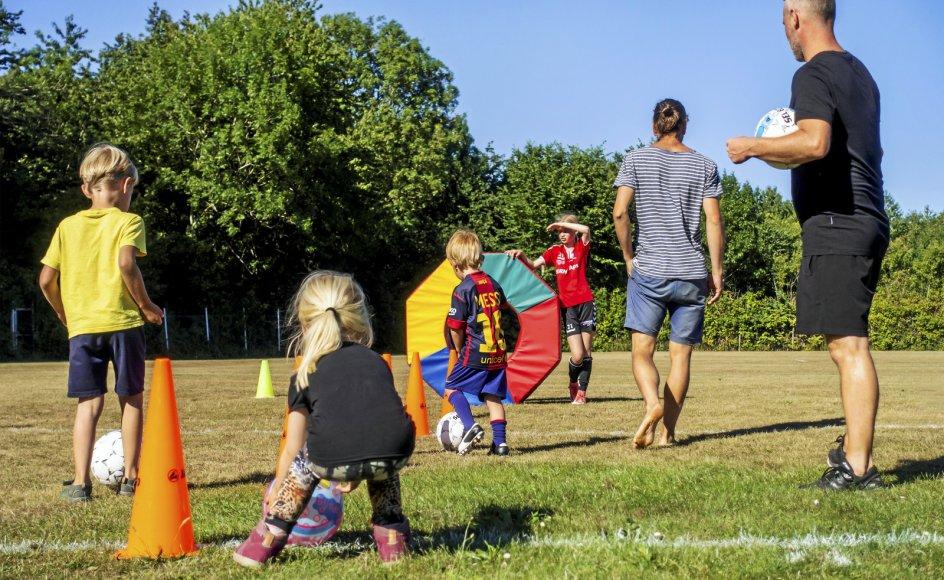 Der er nogle indgroede opfattelser af køn i samfundet, og derfor skal forældre hjælpe børn med at skabe mulighed for, at de kan drømme om andet, mener sociolog Cecilie Nørgaard. Her ses piger og drenge spille fodbold sammen i Tejn på Bornholm.