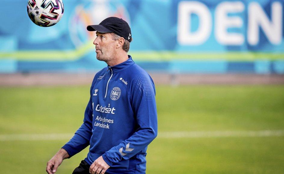 Inden Kasper Hjulmand blev træner, spillede han selv fodbold, men måtte indstille karrieren som 26-årig. Han har stort set altid været anfører for sine hold – ikke fordi han var den bedste, men fordi han var god til at kommunikere og læse spillet.