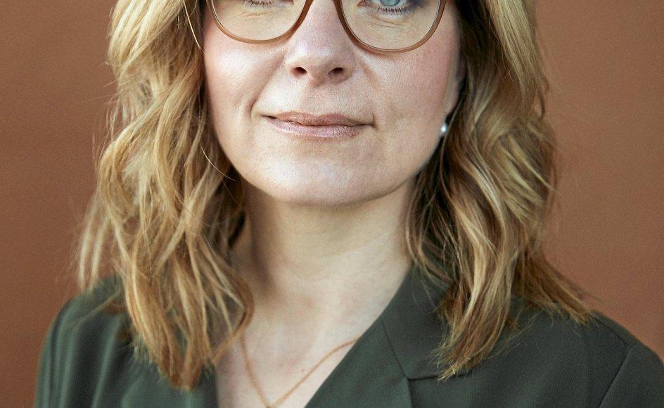 """Helle Vincentz' far begik selvmord, da hun var otte år. Da hun var 23 år, døde hendes mor af kræft. I sin nye roman """"Jorden under mig"""" behandler den 43-årige forfatter og tidligere journalist de dødsfald og undersøgelsen af egen familiehistorie gennem fiktion."""
