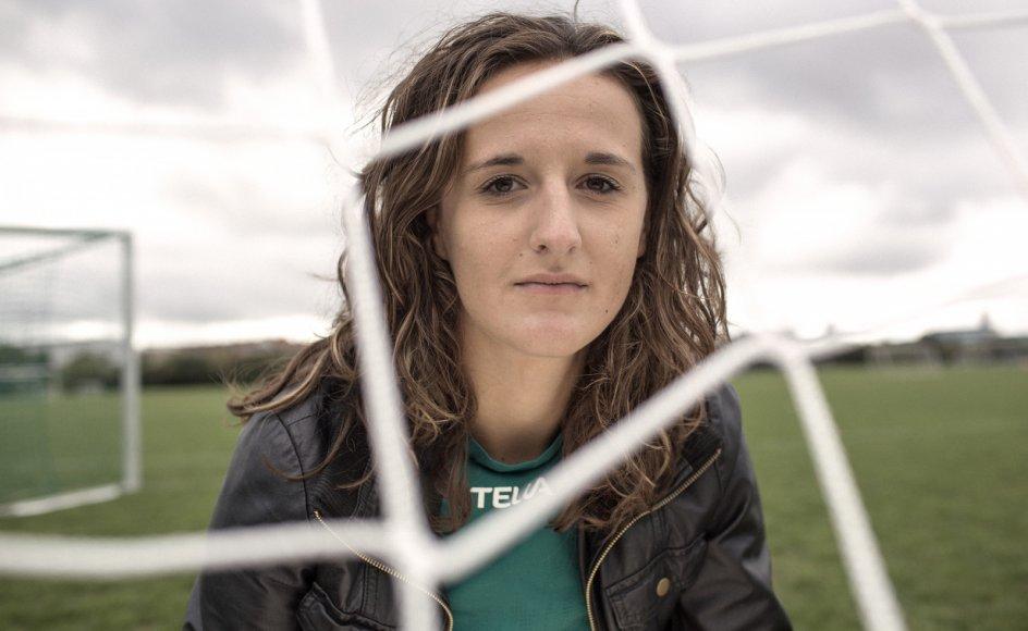 33-årige Arnela Muminovic kom til Danmark fra Bosnien i 1992. Hun har spillet på diverse ungdomslandhold i fodbold. I dag er hun fodboldekspert for blandt andet DR. Bor på Nørrebro i København.