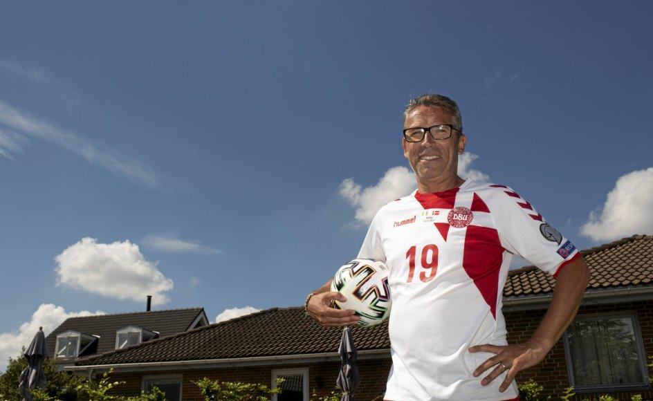 """55-årige Claus Amondsen er selvstændig og mangeårig DJ og eventmand. Han bor til dagligt i Rødovre med hans kone, som også glæder sig til EM-slutrunden – """"men også til den slutter igen,"""" som Claus Amondsen siger."""