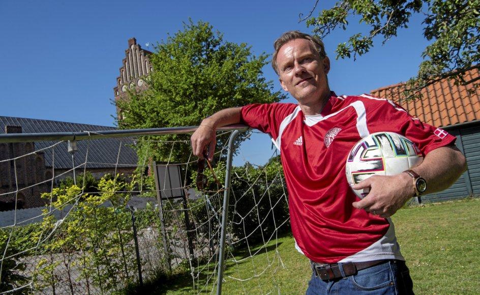 """Karsten Møller Hansen, 47, er sognepræst ved Tårnby Kirke på Amager. Foruden landsholdsfodbold er han en stor tilhænger af Brøndby IF. """"Fodbolden,"""" siger han: """"er den nemmeste vej til sorgen, smerten og glæden"""""""