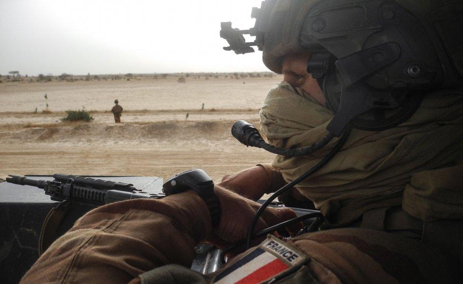 En fransk soldat betragter vejen mellem Gossi og Hombori i den del af Mali, hvor de franske styrker befinder sig. Frankrig vil fremover stadig være til stede i Mali, men i en anden form. (Arkivfoto)
