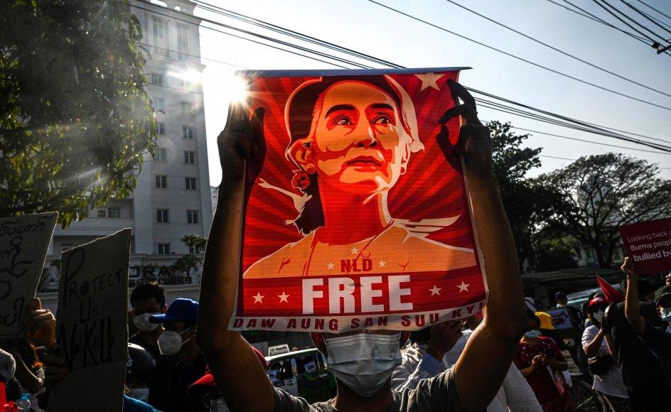 I februar var indbyggere i Yangon og andre af Myanmars byer på gaden i stort antal for at vise deres modstand mod det militærstyre, der har væltet Aung San Suu Kyis civile, folkevalgte regering. På det seneste er protesterne stilnet mere af, fordi sikkerhedsstyrker slår hårdt ned på dem. Mindst 850 civile er blevet dræbt i forbindelse med protester mod militærstyret. (Arkivfoto)