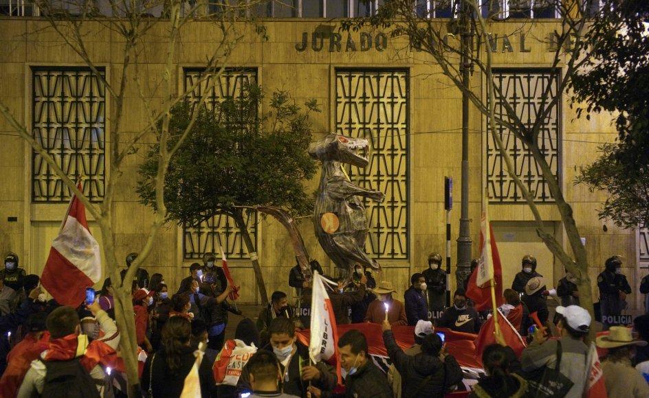 Tilhængere af venstrefløjskandidaten Pedro Castillo havde onsdag aften lokal tid samlet sig udenfor Perus nationale valgkommission, mens de venter på det endelige valgresultat. Castillo har en snæver føring, men den konservative Keiko Fujimori hævder, at der er store uregelmæssigheder.